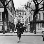 Alba de Céspedes a passeggio per una piazzetta della capitale francese nel maggio 1958