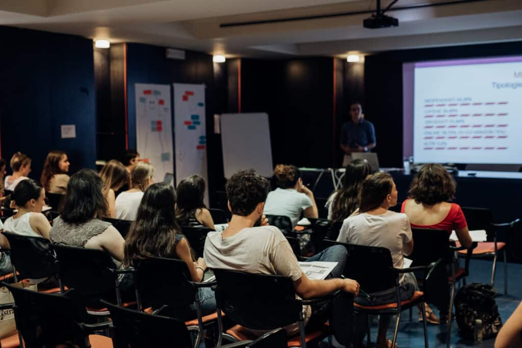 La classe di studenti del Master in Editoria 2019 ascolta una lezione dedicata al mercato editoriale