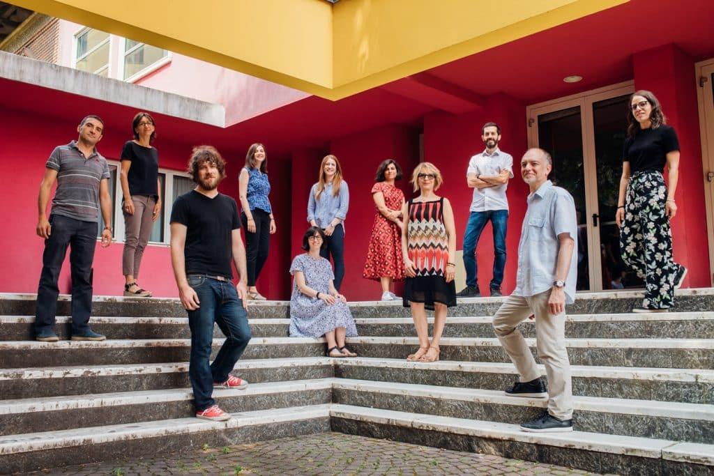 Lo staff di fondazione mondadori in piedi davanti alla scalinata della sede
